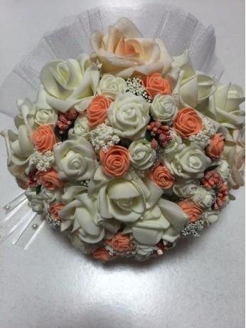 Булчински букет с рози в екрю и праскова