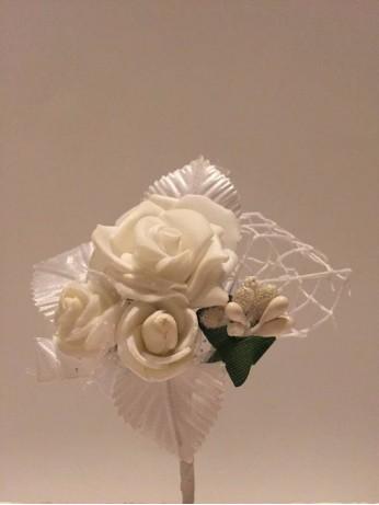 Бутониера с рози в бяло