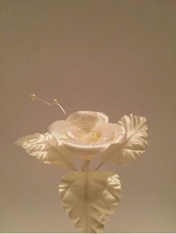Бутониера с цвете в екрю