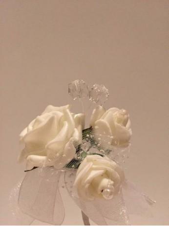 Бутониера с бяла панделка