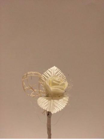 Бутониера с розичка в екрю