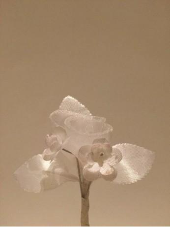 Воалена бутониера с бяла роза