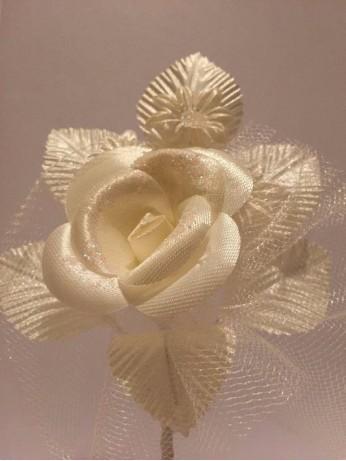 Бутониера с роза в екрю