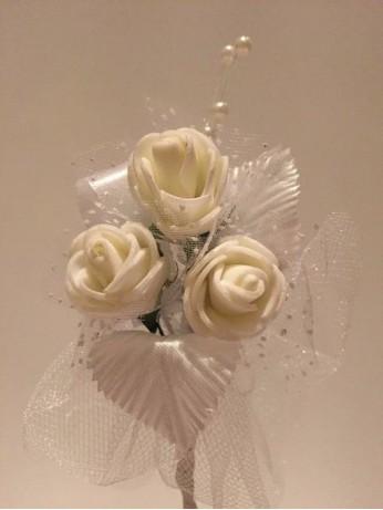 Лукс бутониера с бели рози