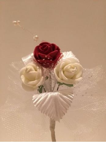 Лукс бутониера с бордо и бели рози