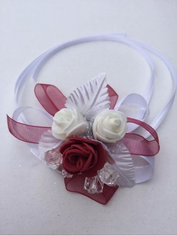 Бутониера за ръка с рози в бордо