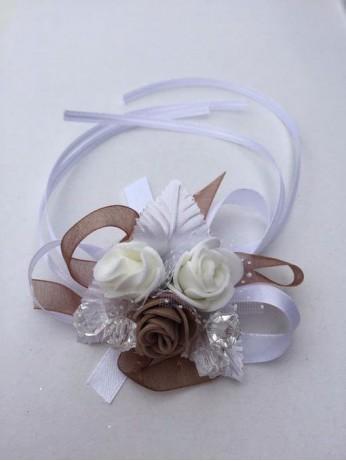 Бутониера за ръка с рози в капучино цвят