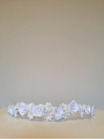 Бяло венче с рози