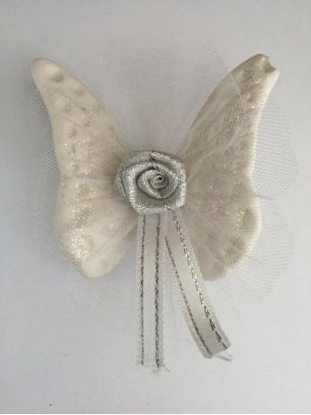 Бяла пеперуда с роза