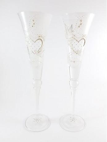Чаши със сърца и златисти орнаменти