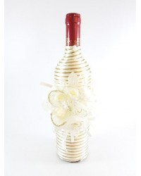 Бутилка вино със златист брокат