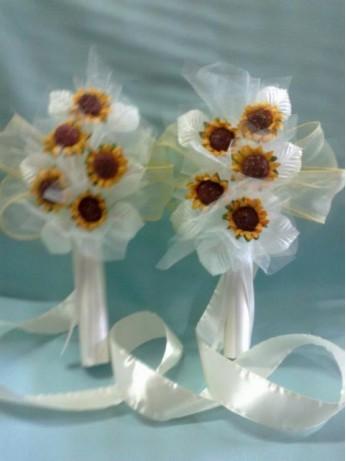 Сватбен свещодържач с декорация от нежни слънчогледи