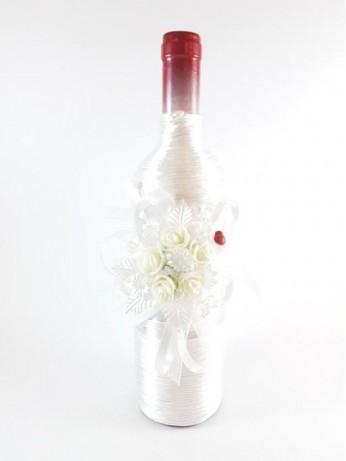 Бутилка вино с бяла украса