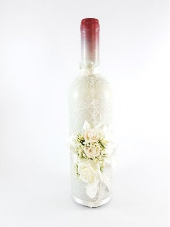 Украсена бутилка червено вино